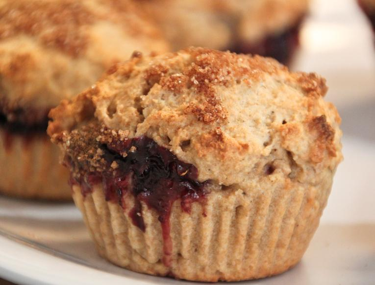 cinnamon-sugar-muffins-filled-with-raspberry--L-ZzwB4i