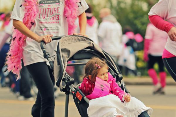 Running mom - Flickr - Sangudo